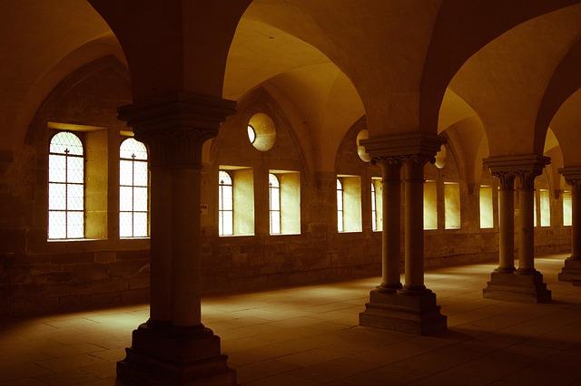 hallway-1030773_640