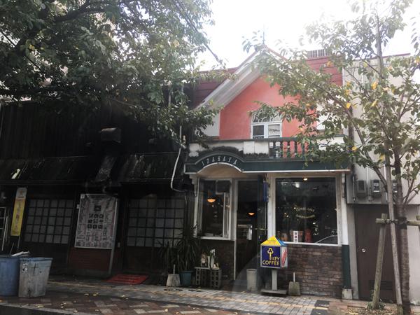 渋滞の途中見つけた喫茶店。ここいいなあ。