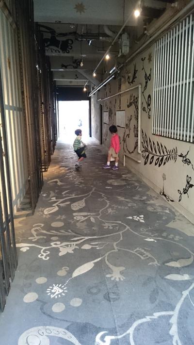 ギャラリーのアプローチで遊ぶ子どもたち。  Konya-gallery、大名のど真ん中にこんなところがあるんです!